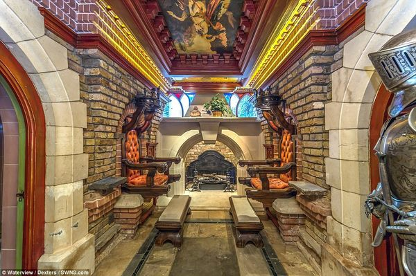 Một trong những phòng tiếp khách được mô phỏng dựa theo lâu đài Windsor gần đó, với trần dạng vòm, lò sưởi bằng đá lớn với một chiếc ghế ngồi gần đó được chế tác dựa trên hình ảnh một ngai vàng.