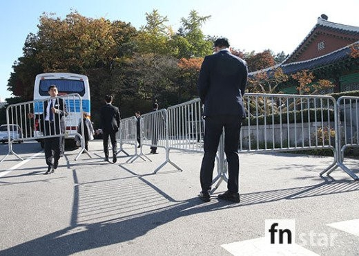 Các nhân viên an ninh bắt đầu ngăn cản tác nghiệp. Sáng 31/10, hàng loạt tờ báo Hàn đưa tin Chương Tử Di cũng là khách mời trong lễ cưới. Cô thân thiết với cả Song Hye Kyo và Song Joong Ki. Ảnh: Fnstar.