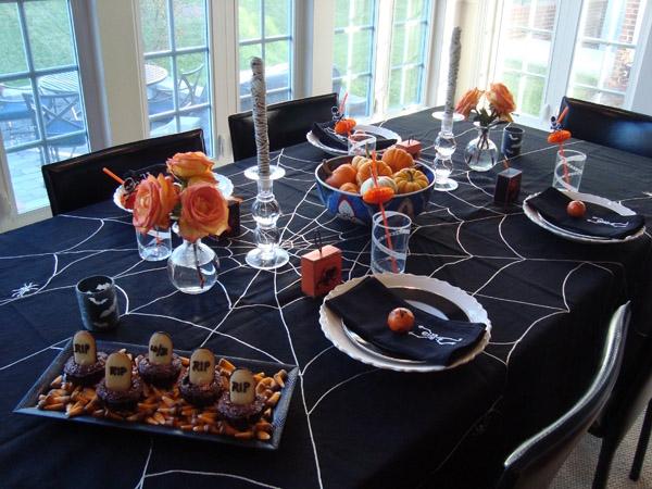 Khăn trải bàn mạng nhện hay tơ nhện là thứ đồ không thể thiếu mùa Halloween này.