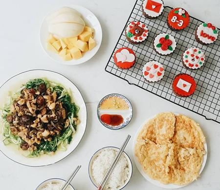 Cô gái 27 tuổi chia sẻ từng có thời gian theo học thiết kế đồ họa nên cô chú ý tới việc sắp xếp các họa tiết, chất liệu làm nên món ăn, bày biện sao cho ngon mắt nhất.