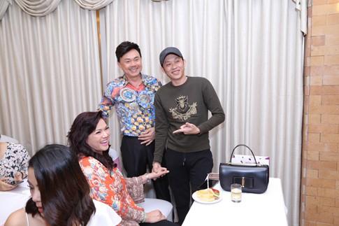 Đạo diễn sân khấu Tiết Cương cho biết liveshow cá nhân của NSƯT Hoài Linh không có sự tham gia của bất kỳ ca sĩ khách mời nào, mà là một vở kịch dài với thời lượng 150 phút, được dàn dựng như một vở kịch sân khấu thuần túy