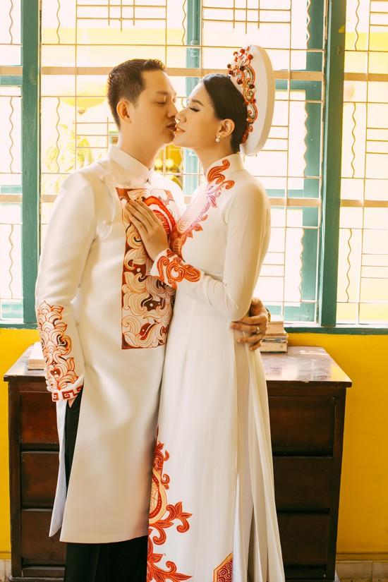 Trong dịp đoàn tụ, cặp đôi đã thực hiện bộ ảnh kỷ niệm để lưu lại khoảnh khắc đáng nhớ. Ở bên chồng, Trang Trần trở nên e ấp, dịu dàng, chứ không cá tính như hình ảnh thường thấy. Trước ống kính, cả hai cũng không ngần ngại môi kề môi rất ngọt ngào.