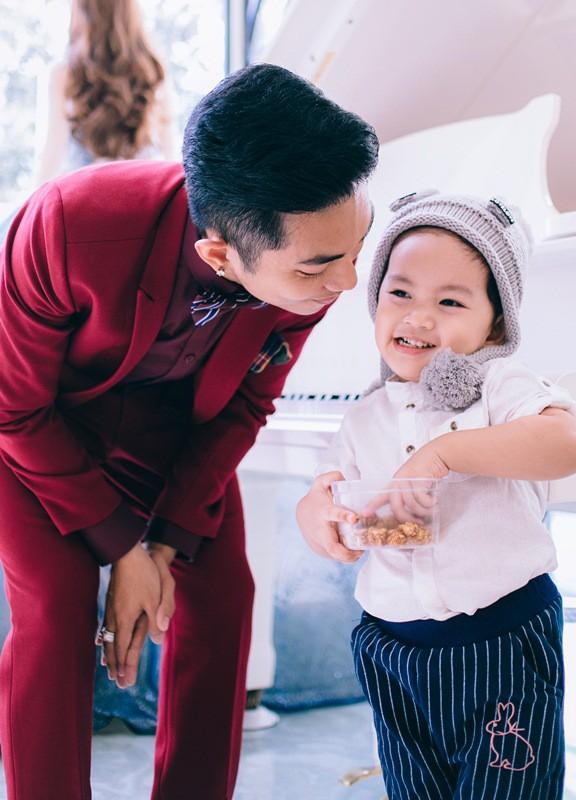 Phan Hiển được nhận xét là ông bố trẻ đảm đang khi luôn phụ vợ chăm lo cho con trai chu đáo.