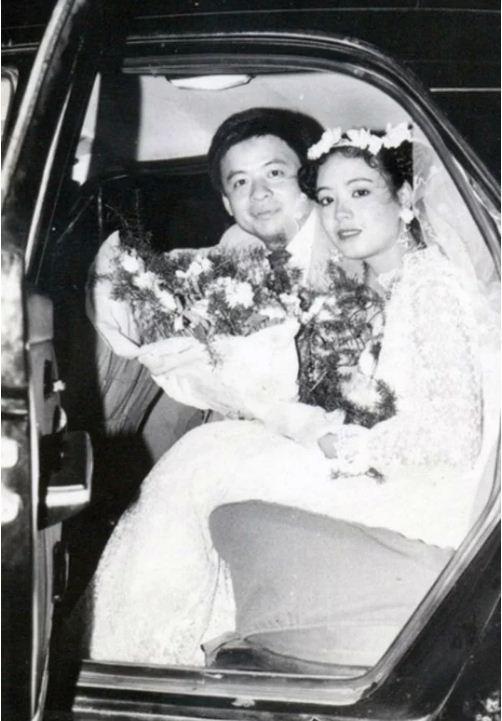 Nghệ sĩ Chiều Xuân lên xe hoa với nhạc sĩ Đỗ Hồng Quân khi vừa tròn 20 tuổi. Váy cưới của cô được thuê từ cửa hiệu váy cưới nổi tiếng nhất Hà Nội ngày ấy. Hoa cưới được đặt từ một tiệm hoa lâu đời ở phố Cửa Nam.