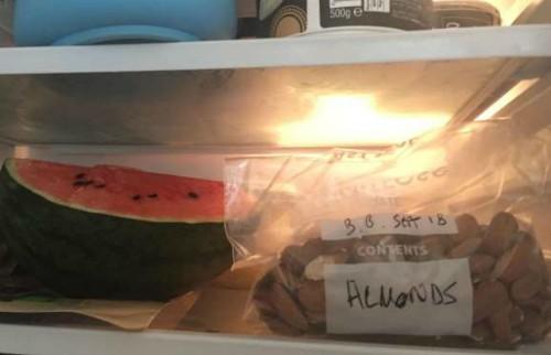 Một số người không cho các loại hạt vào tủ lạnh vì sợ mọc mầm. Thực ra, bạn hoàn toàn có thể cất các loại hạt, đặc biệt là các hạt đã lột vỏ, vào tủ lạnh, để có thể sử dụng lâu hơn.