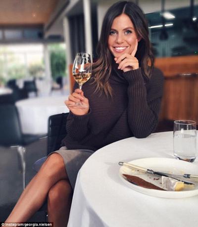 Georgia tranh thủ thưởng thức lát phô mát và rượu tại khách sạn hoàng gia Mail ở thành phố Victoria, Australia, khi chuyến bay của cô dừng tại đây.