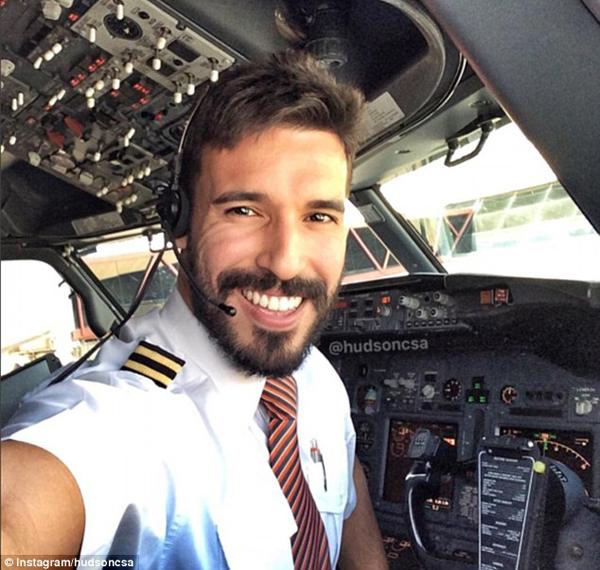 Hudson Sá, phi công người Brazil, đốn tim nhiều cô gái trẻ bởi những bức ảnh khoe vẻ điển trai ngay trong buồng lái.