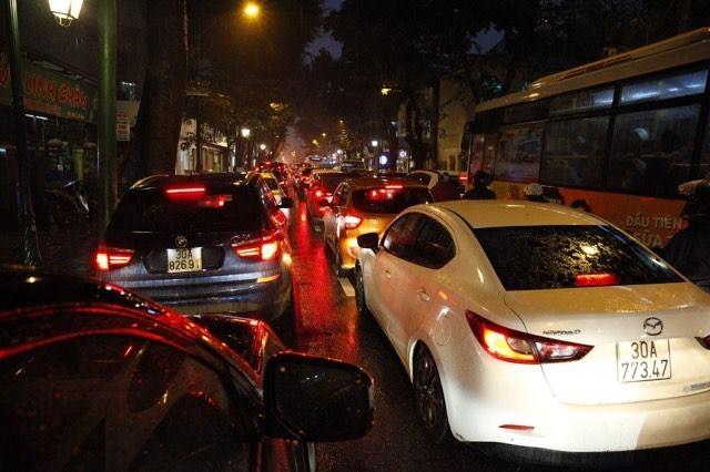 Khu vực Hoàn Kiếm, đường Tràng Thi hướng Cửa Nam cũng ùn dài các phương tiện. Ảnh: Phạm Hải