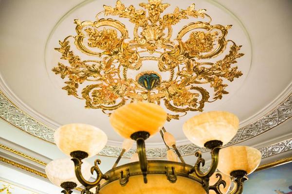 Các chi tiết trang trí trong biệt thự đều tỉ mỉ, tinh tế, toát lên vẻ xa hoa, vương giả.