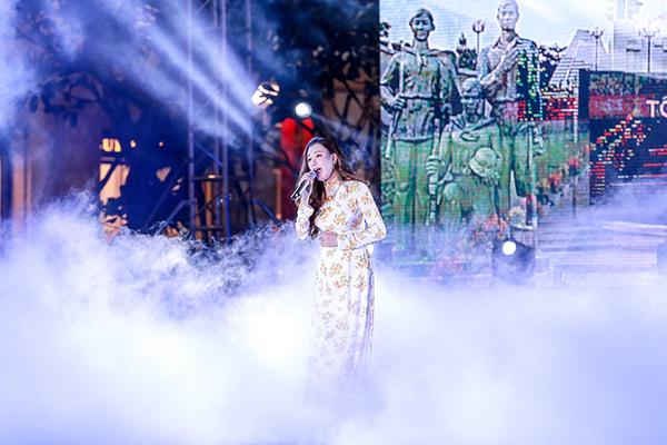 Hồ Quỳnh Hương thể hiện Miền xa thẳm - một ca khúc quen thuộc và nổi tiếng về tình yêu tổ quốc lồng trong tình yêu đôi lứa.