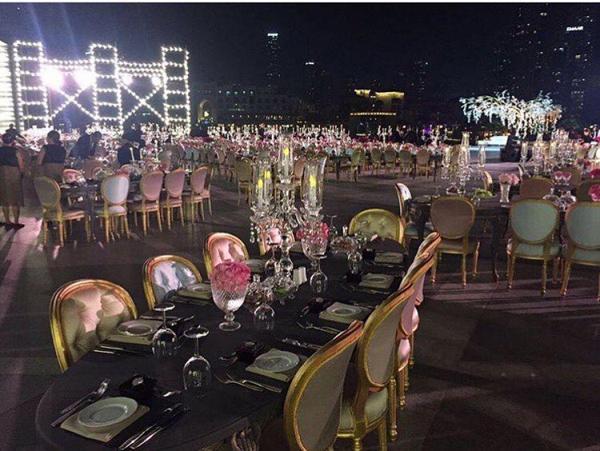 Bàn tiệc hình oval dành cho các vị khách VIP. Bạn bè, đồng nghiệp của cô dâu - chú rể ngồi ở bàn tiệc dài.