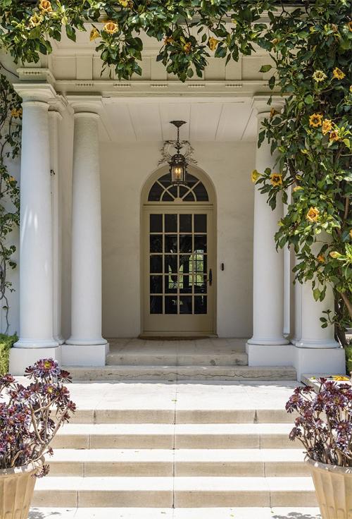 Giàn hoa thơ mộng trước cửa chính ngôi nhà.