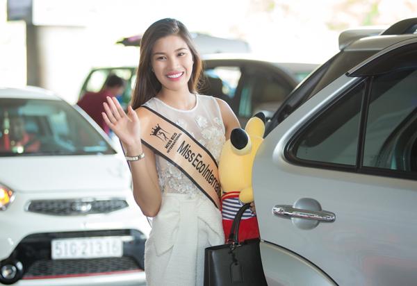 Cô vui vẻ vẫy tay chào mọi người trước khi ra về.