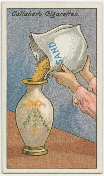 Chiếc bình quý nên được đổ vào một ít cát để đứng chắc chắn hơn, tránh những va chạm, rơi vỡ.