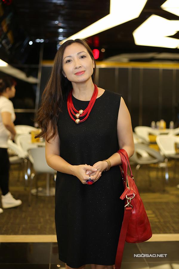 Diễn viên Khánh Huyền mặc đơn giản, quý phái đi sự kiện.