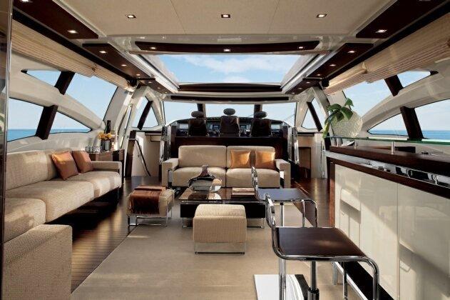 Tuy nhiên, để thấy được sự sang trọng của chiếc du thuyền này bạn phải tiến vào phòng khách của nó. Phòng khách của Azimut 70 được thiết kế rộng rãi với những trang bị hiện đại và cao cấp.