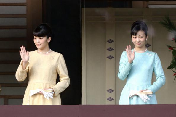Công chúa Mako (trái) và Công chúa Kako (phải) vẫy tay chào mọi người trong buổi họp mặt mừng năm mới ở Hoàng Cung, ngày 2/1/2017 tại Tokyo, Nhật Bản. Công chúa Mako đang làm việc tại khoa Bảo tàng học của Đại học Tokyo đồng thời là nghiên cứu sinh tại Đại học Cơ đốc giáo Quốc tế. Ảnh: Asahi Shimbun.
