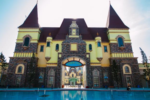 Quảng trường Thần thoại với những khối lâu đài rực rỡ sắc màu
