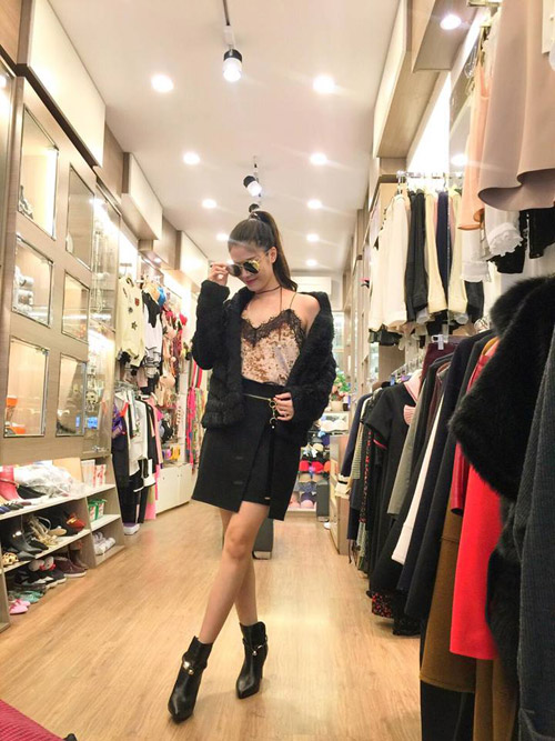 Vợ Đăng Khôi cũng luôn thử sức mình với những phong cách thời trang táo bạo, phá cách.