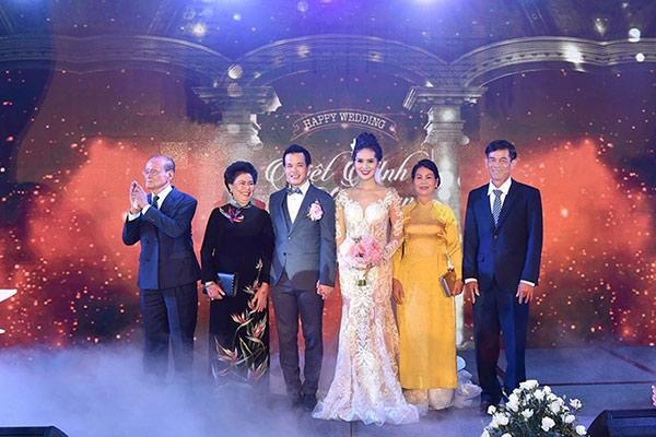 Sang Lê chụp ảnh cùng gia đình hai bên trong đám cưới.