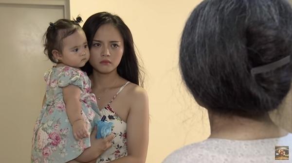 Nhưng Trang đã nhận ra sai lầm, cô mong mẹ ở lại.