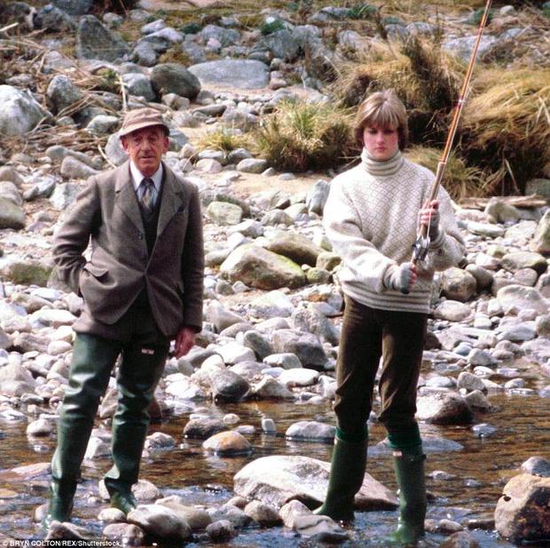 Ảnh chụp công nương Diana đi câu cá tại sông Dee 3 tháng trước khi thành hôn với Thái tử Charles.