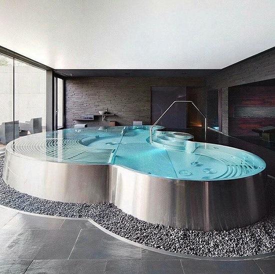 Bể bơi trong nhà không chỉ thỏa mãn nhu cầu sử dụng của mỗi người mà còn nâng cấp không gian sống của gia đình trở nên hiện đại hơn nhiều.