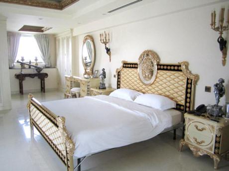 Phòng ngủ được bài trí trang nhã với những đồ nội thất đắt tiền từ giường đến bộ bàn trang điểm, đèn ngủ. Ảnh: Dân Việt.