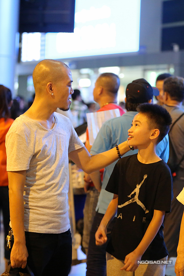 Cậu nhóc rất hạnh phúc trong giây phút hội ngộ với ba ruột, DJ Phong. Ngày Sonic rời Việt Nam cách đây 2 năm, DJ Phong cũng ra sân bay tiễn và dặn dò con trai.