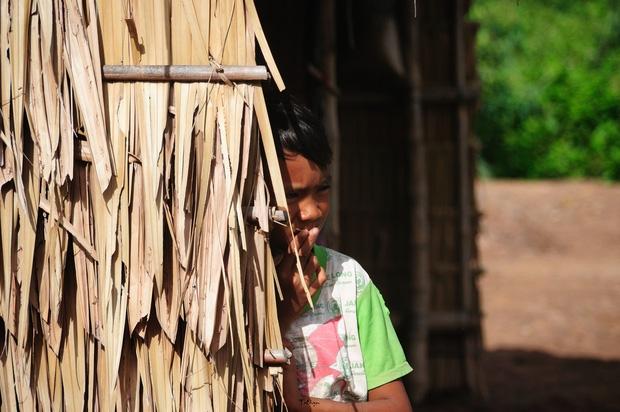 Dưới những mái lá nghèo trên mảnh đất phù sa này là biết bao phận người gian khó.