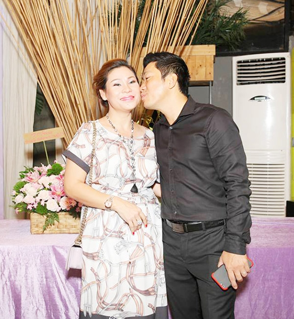 Nam diễn viên hôn vào má vợ đầy tình cảm trong sự kiện.