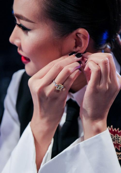Đáng chú ý nhất trong bộ sưu tập trang sức của cô là chiếc nhẫn kim cương trị giá 4 tỷ đồng.