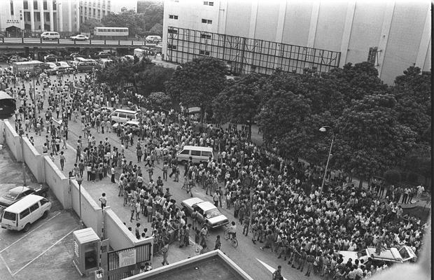 Phiên tòa xử Lam Kor-wan có rất đông người kéo tới xem.