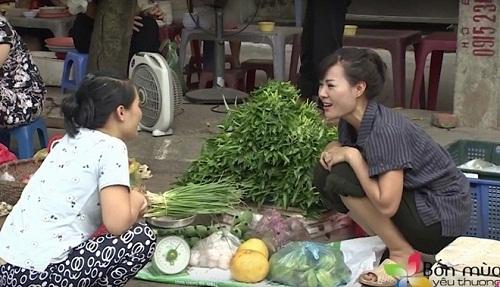 Hình ảnh Thanh Hương bán rau ngoài chợ khiến cư dân mạng xôn xao.