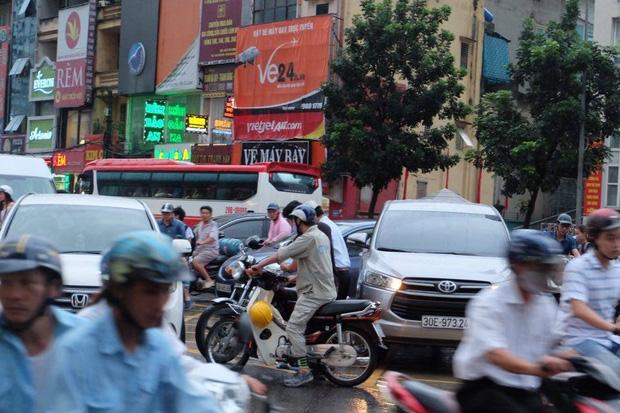 Tình trạng hỗn loạn giao thông tại trục đường Láng Hạ.
