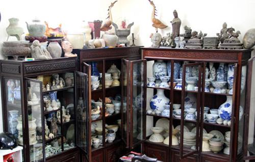 Phòng khách nhà Chí Trung tràn ngập những món đồ quý.