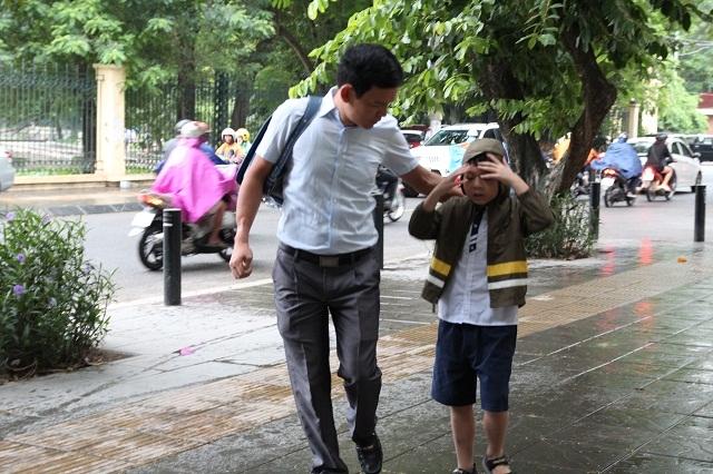 Việc mặc áo rét khi đi học dường như vẫn chưa quen với các em nhỏ