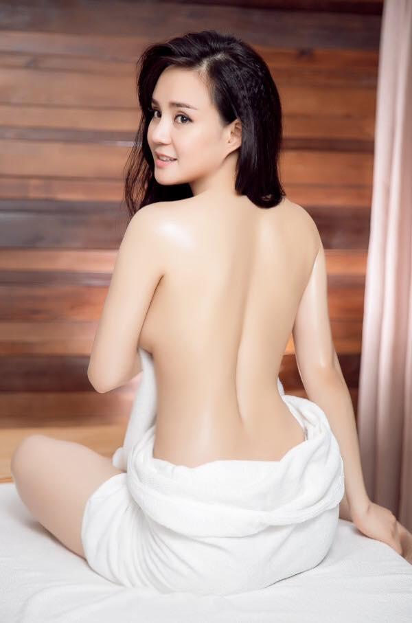 Vy Oanh tự tin mặc trang phục bikini gợi cảm cùng con trai ở bể bơi và không ngại thực hiện những bộ ảnh quyến rũ.