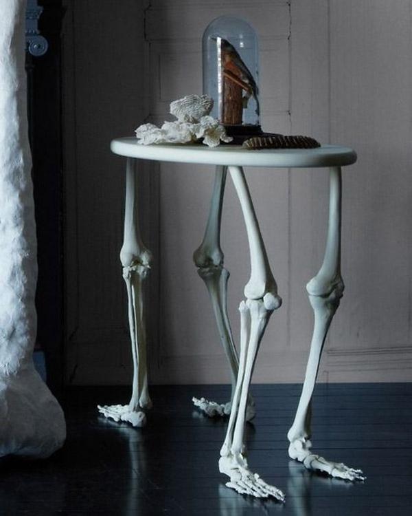 Chiếc bàn có 4 chân bằng... xương thế này đã đủ kinh dị chưa?