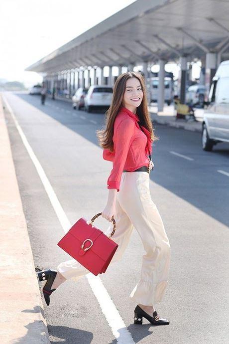 Hồ Ngọc Hà cũng là tín đồ thời trang hàng hiệu. Hồ Ngọc Hà mix áo sơ mi đỏ cùng quần ống rộng trắng, túi đỏ khá bắt mắt và sành điệu.