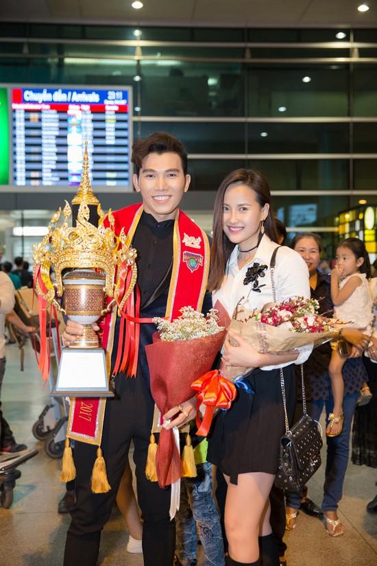 Khánh Ngân, Miss Globe 2017 ra sân bay lúc nửa đêm để chia vui với người anh trai.