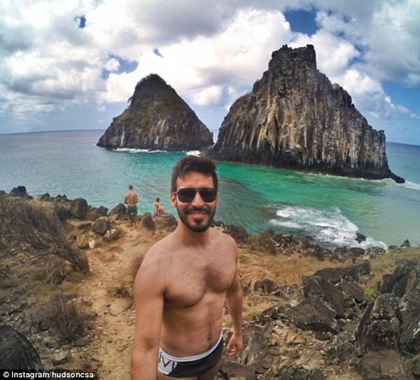 Sở hữu gương mặt nam tính vàthân hình săn chắc, Hudson cũng chăm chỉ khoe ảnh selfie ở các điểm du lịch nổi tiếng lên tài khoản mạng xã hội.