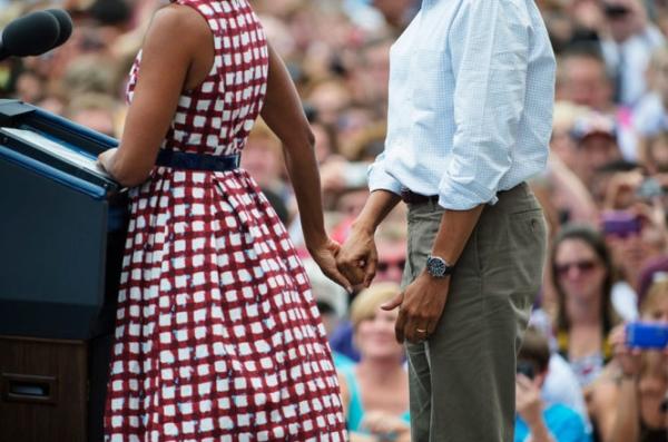Họ vẫn tay trong tay khi bà đang phát biểu.