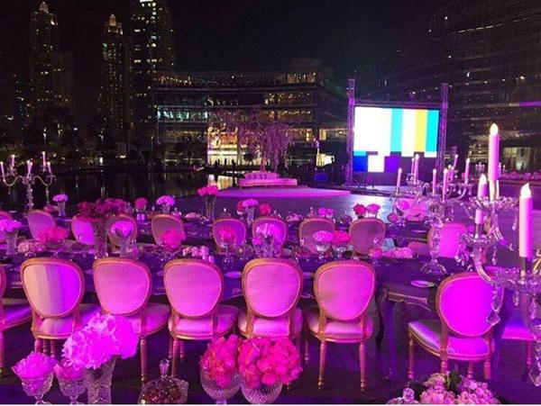 Hôn lễ được tổ chức ở một trong những địa điểm đẹp nhất của Dubai với tầm mắt hướng ra các tòa cao ốc chọc trời.