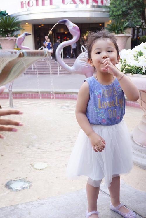 Mặc dù được mẹ cho ăn mặc điệu đà nhưng hiếm khi bé Na tỏ vẻ nữ tính.