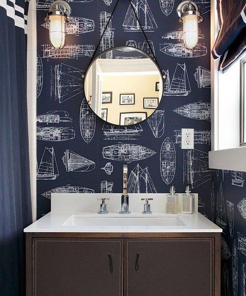 8. Hình nền với sắc màu tối làm chủ đạo là sự lựa chọn hoàn hảo cho thiết kế phòng tắm này. Đối với những người thức chèo thuyền, bạn sẽ thấy tràn đầy cảm hứng mỗi khi bước vào nhà tắm. Hãy để những chiếc thuyền này đi vào phòng tắm của bạn và ghép chúng với cặp đèn lồng lấy cảm hứng từ biển.