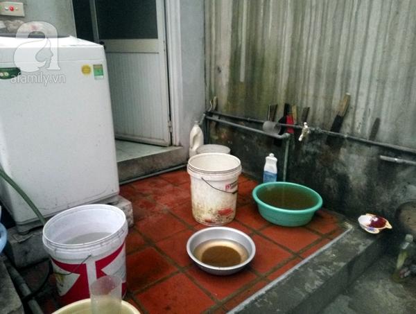 Gia đình bác Nhung cùng nhiều gia đình khác đang phải chịu cảnh khốn đốn vì nước sạch nhiễm bẩn.