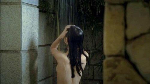 Nhân vật của Phương Trinh là Hương, một nữ sinh trong sáng, có số phận éo le và gia thế bí ẩn. Tuy nhiên, xuyên suốt bộ phim, tất cả những gì cô thể hiện là các phân cảnh khoe thân táo bạo, thiếu cảm xúc.
