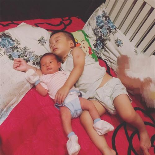 2 thiên thần nhỏ nhà chị Lan.