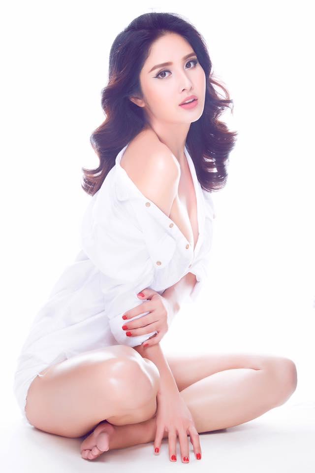 Thảo Trang cũng từng trải nghiệm mốt mặc sơ mi trễ nải giống như Hòa Minzy.